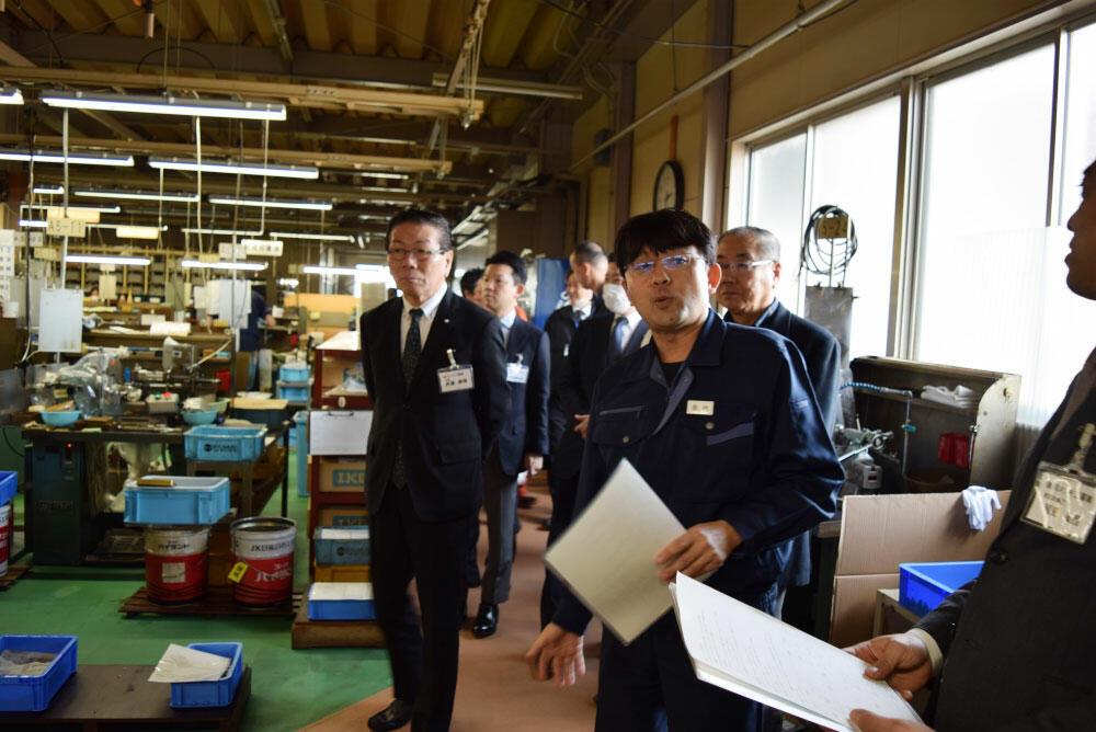 新潟産業人クラブ3月例会で、中村ターンテックの工場を見学する参加者らと、案内する歌代秀和社長(右から3人目).jpg