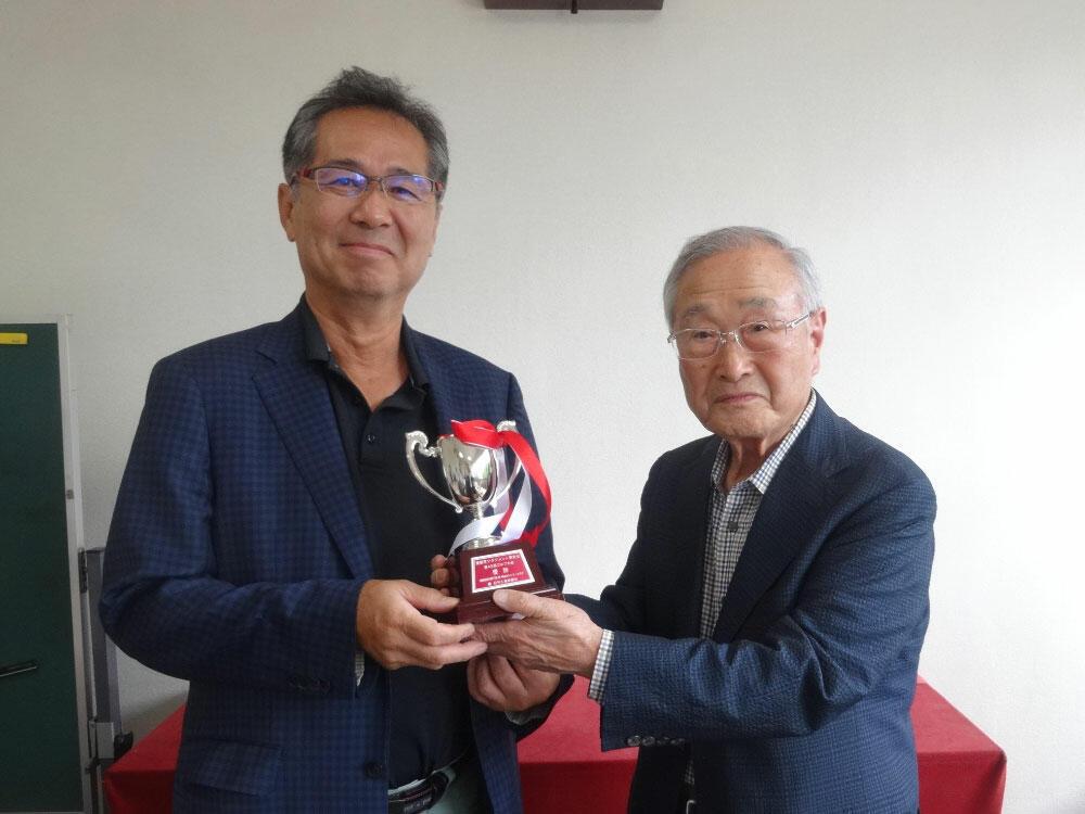 優勝した渡辺社長(左)と嶋田会長.jpg