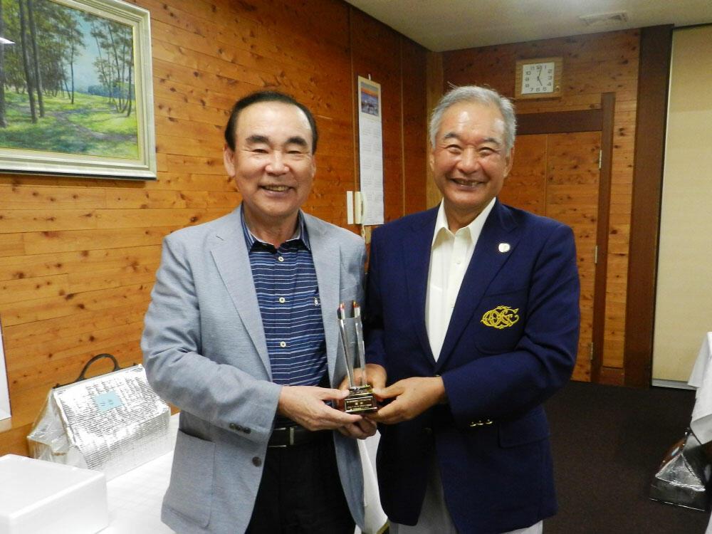 ゴルフ大会 優勝したTMPの高橋一雄社長(左).jpg