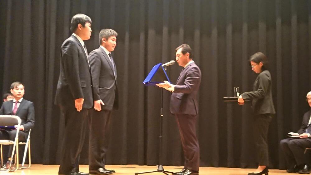 産業人クラブだより/P説/日工大のビジコンでNITEC賞を授与する杉本会長.jpg