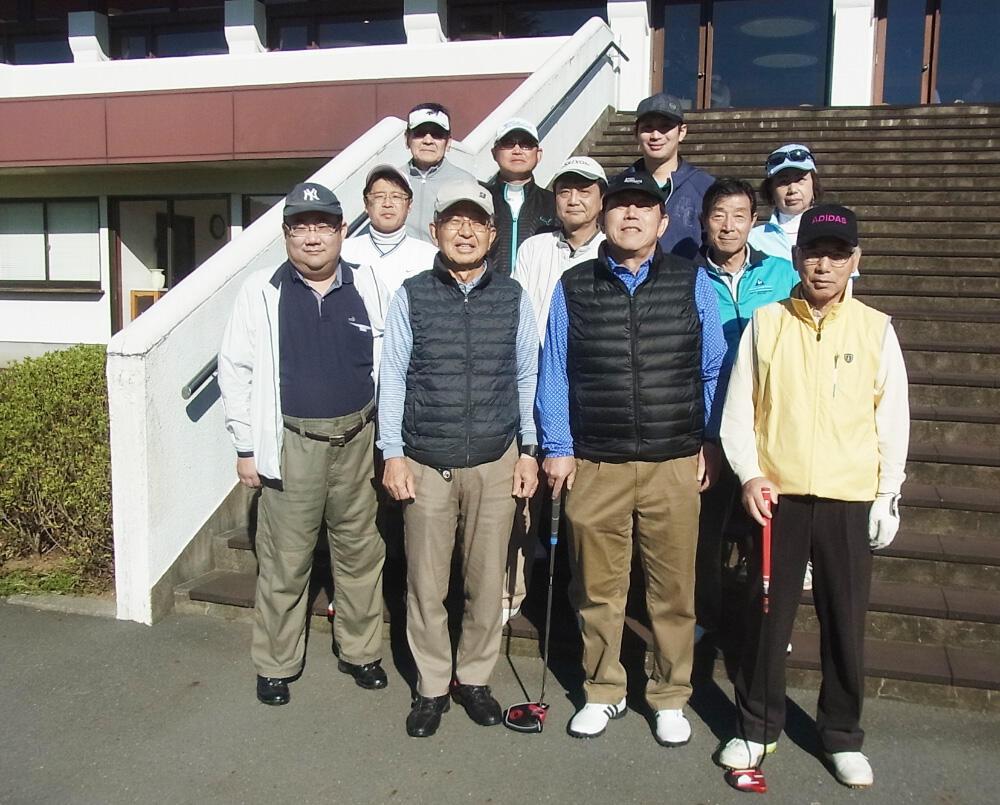 秋季ゴルフ大会の参加者(クラブハウスを前に).jpg