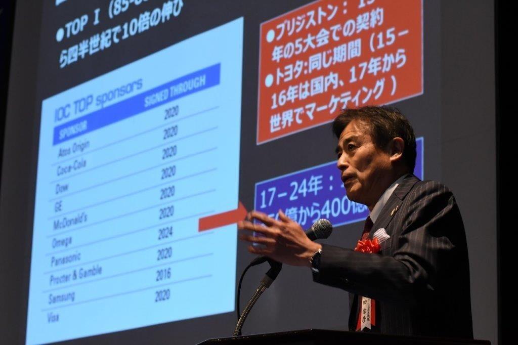 スポーツ都市戦略で講演する、早稲田大学教授の原田宗彦氏.jpg