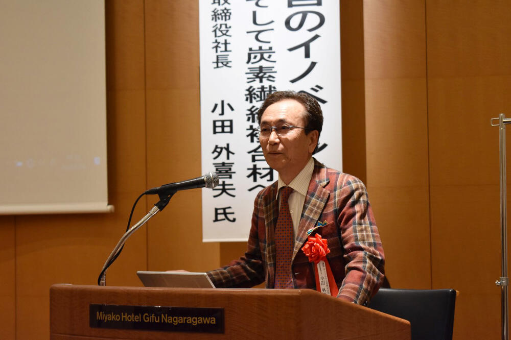 a講演するサンコロナ小田の小田外喜夫社長.jpg