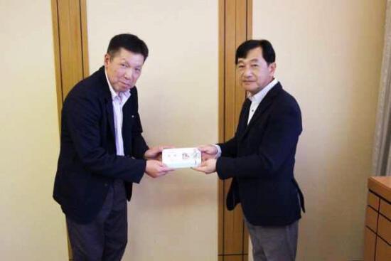 a1優勝した山本氏(左)と優勝賞品を手渡す杉本会長.jpg