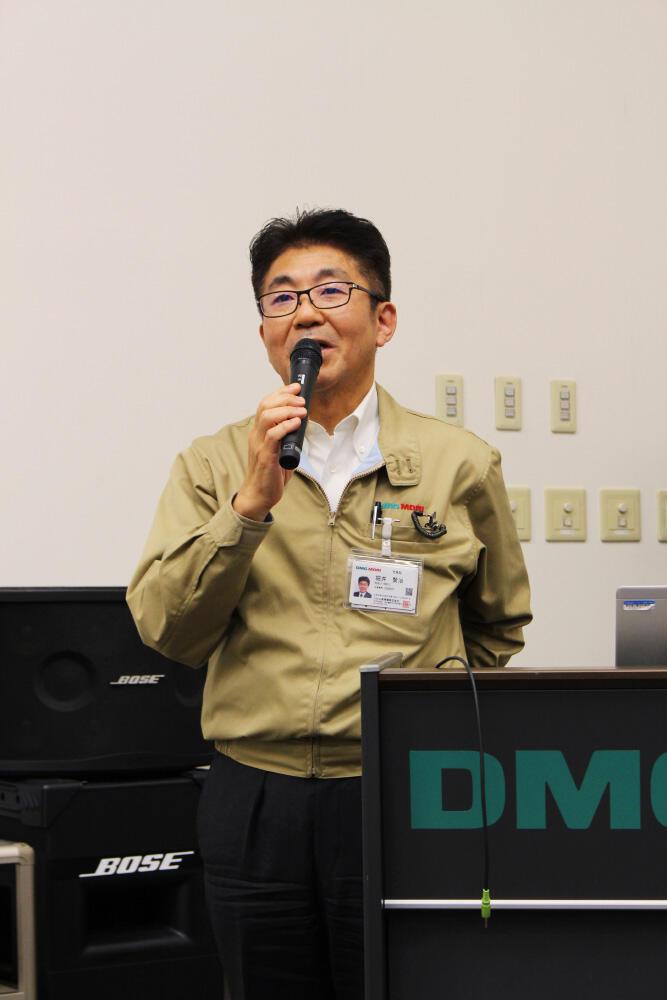あいさつするDMG森精機の堀井伊賀事業所長.jpg