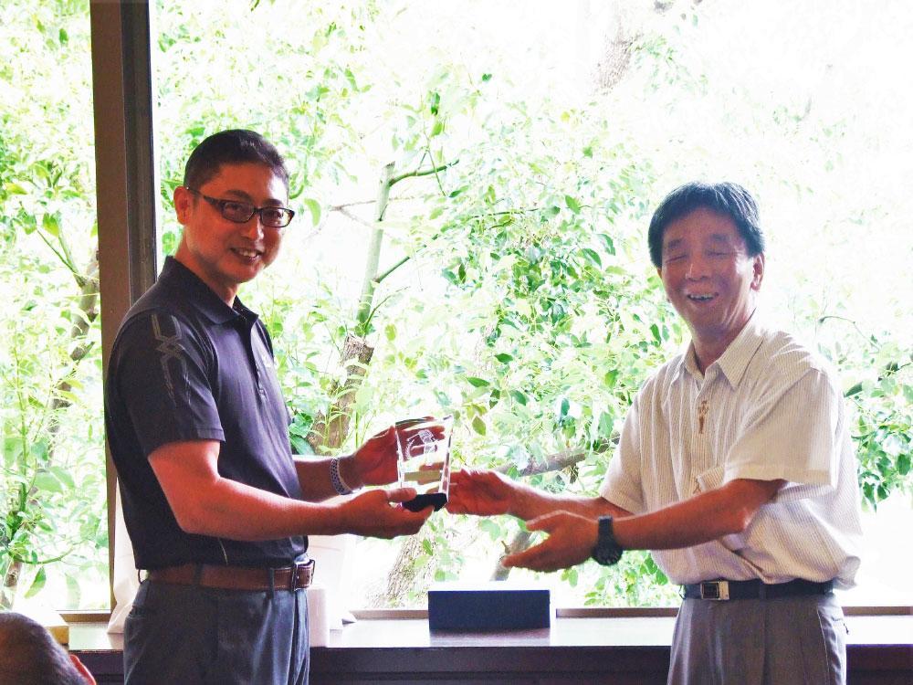 ゴルフ大会で、優勝トロフィーを受け取る富士電熱開発社の山口宣弘社長(左)。.jpg