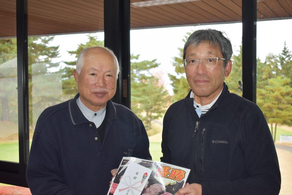 山形産業人第3回ゴルフ大会/優勝した嶋貫淳氏㊨.jpg