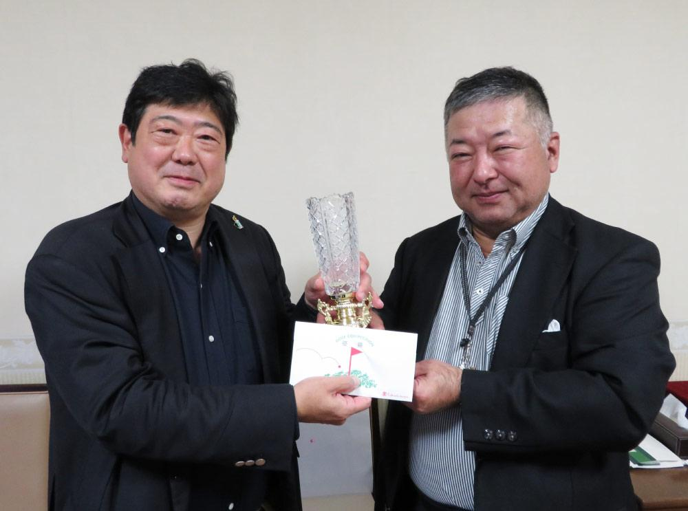 優勝した山田氏(写真左)と久保親睦部会長.jpg
