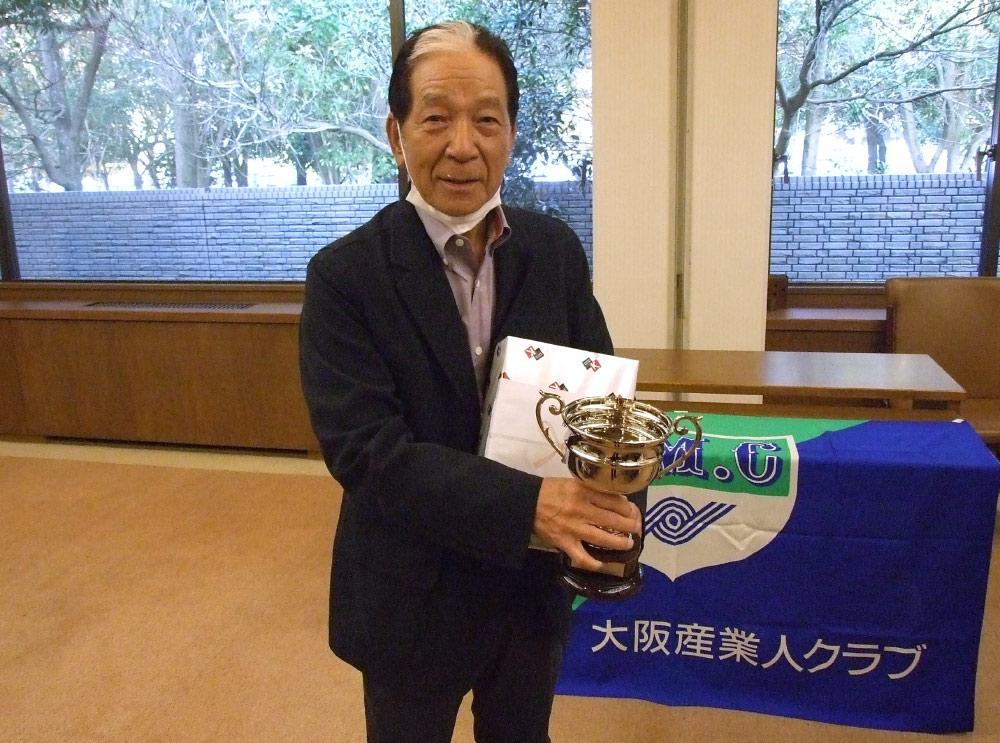 ゴルフ大会で優勝した、大阪産業人クラブゴルフ部会会長の山口伊太郎氏(アジア化成工業所社長).jpg