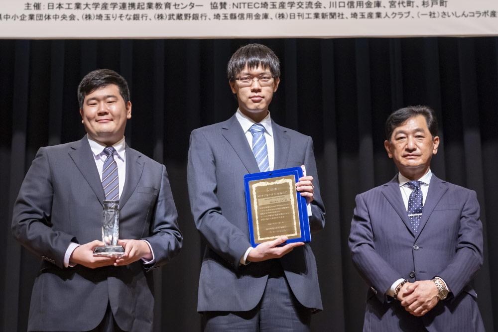 本工業大学が主催する第15回ビジネスプランコンテストで、NITEC賞を選び、表彰盾などを贈呈した(右が杉本会長).jpg