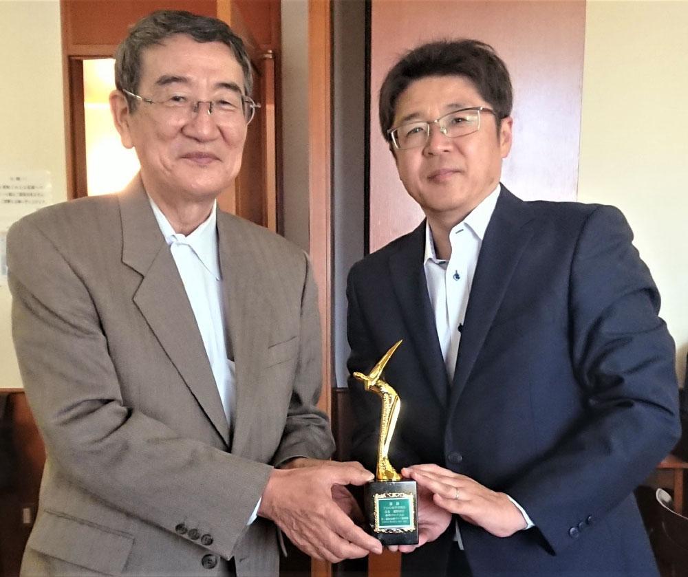 表彰式で優勝トロフィーを手渡す浜野会長(左)と近藤社長.jpg