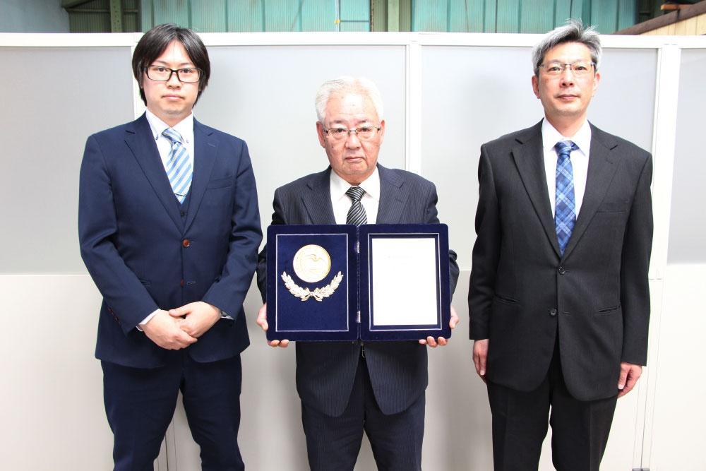 西海記念賞を受賞した杉田電線の杉田幸男社長(中央).jpg