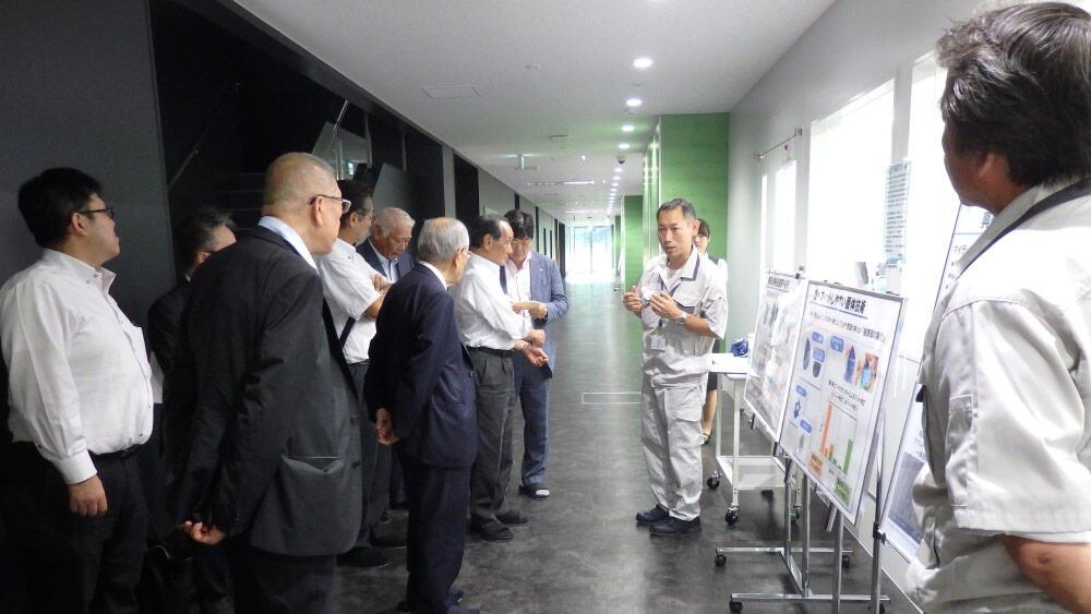 先進技術センターで説明を受ける参加者ら.jpg
