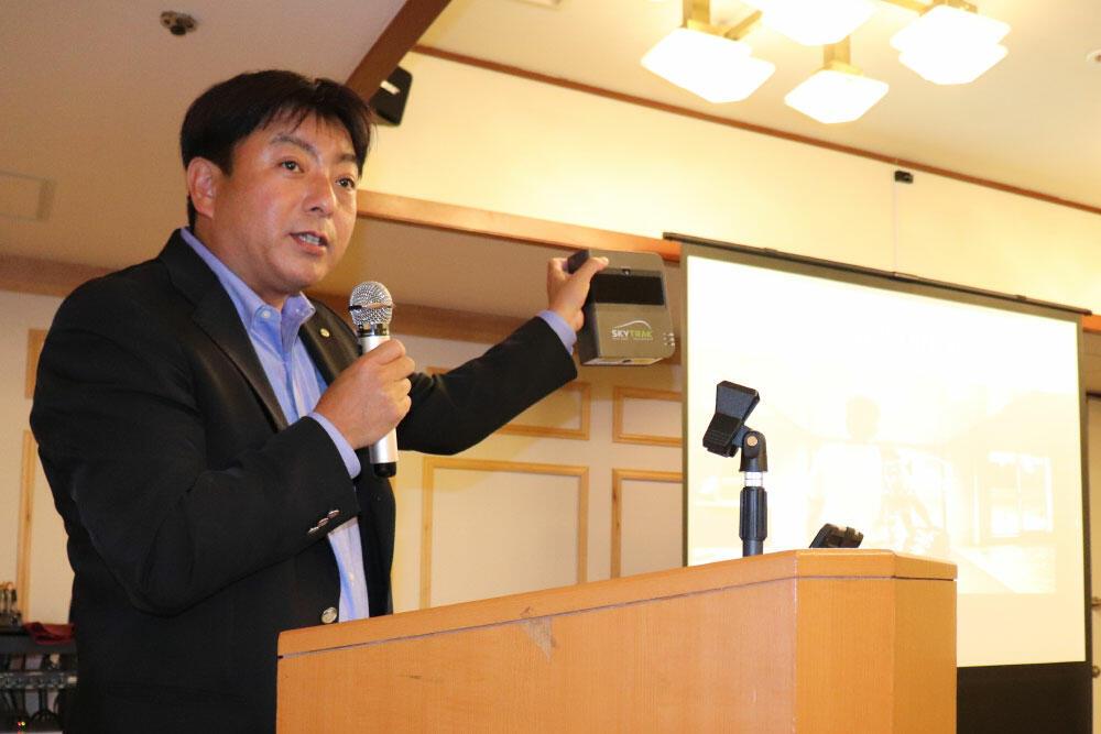 4月開催の2019年度定時総会で講演する、片山勇勉強堂社長。大分市で。.jpg